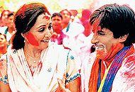 अमिताभ बच्चन और हेमा मालिनी, गीत- होली खेले रघुबीरा..., फ़िल्म- बाग़बान